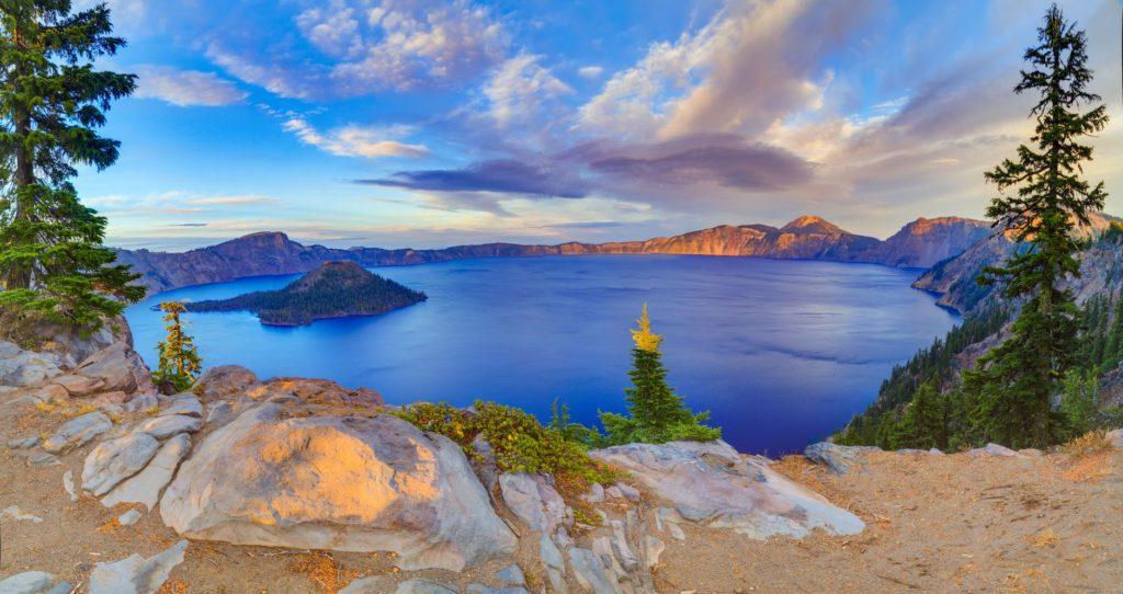 Crater Lake v USA během podzimu   aiisha5/123RF.com