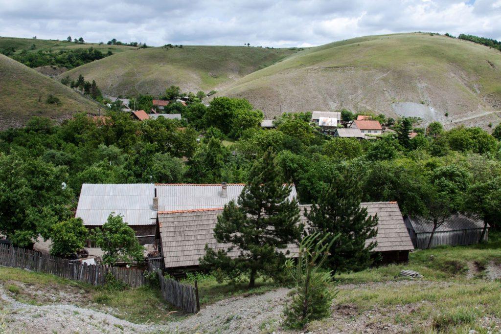 Eibenthal vesnice v hornaté krajině Banátu | miropink/123RF.com