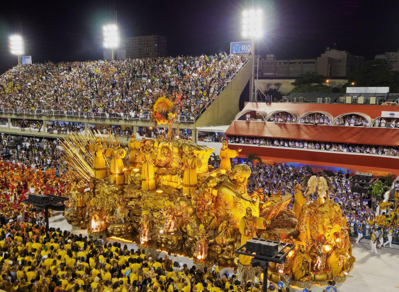 Masopustní průvod v The Sambadrome Marques de Sapucai v Rio de Janeiro | charles03/123RF.com