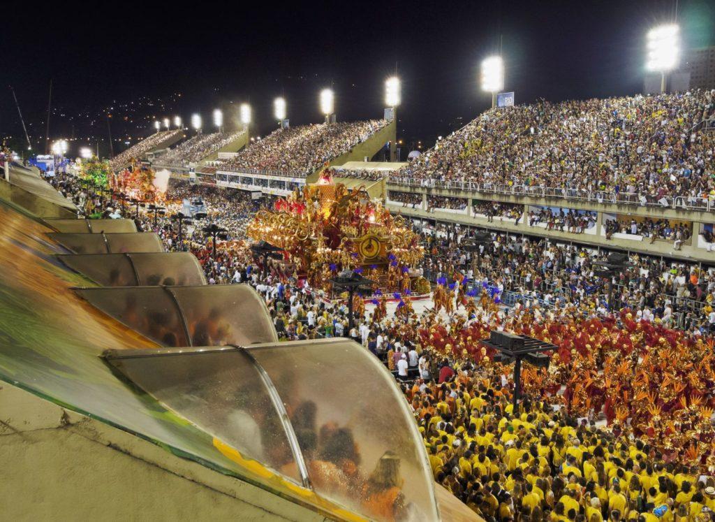 Průvod v The Sambadrome Marques de Sapucai v Rio de Janeiro | charles03/123RF.com