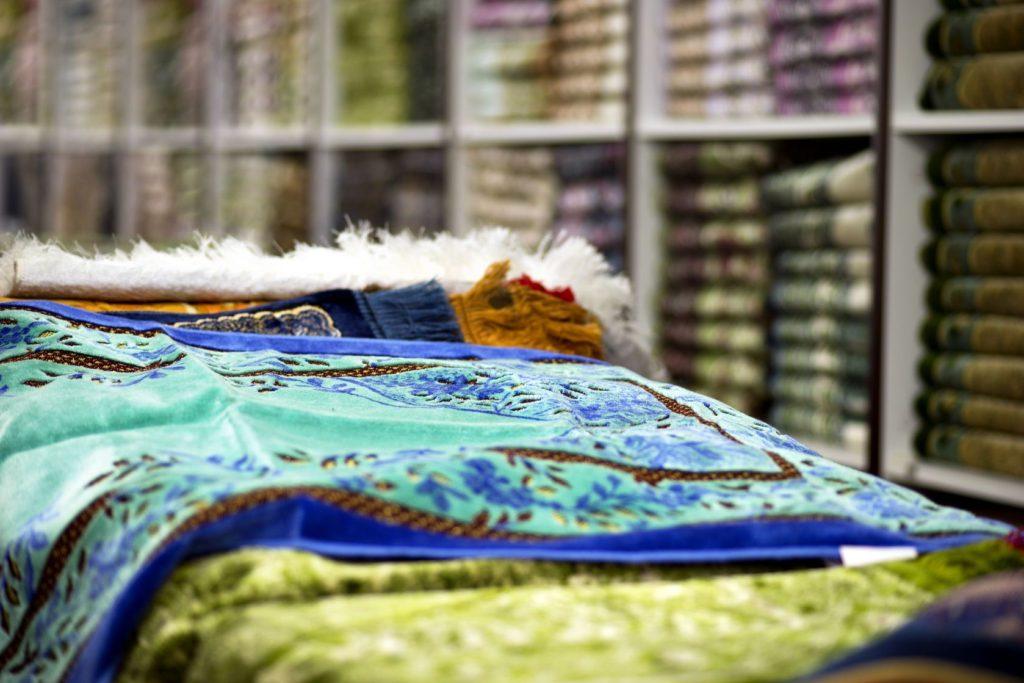 Turecko - obchod s koberci v Istanbulu | pinkbadger./123RF.com