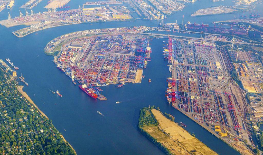Letecký pohled na hamburský přístav | meinzahn/123RF.com