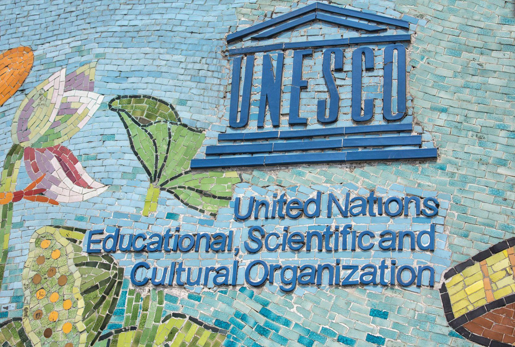 Logo UNESCO na nejdelší mozaikové zdi na světě v Hanoji ve Vietnamu | fincioenj/123RF.com