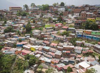 Malé dřevěné barevné domy v chudé čtvrti v Caracasu | piccaya/123RF.com