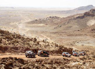 Karavana 4x4 na Rally Dakar při projíždění Marokem | epastor16/123RF.com