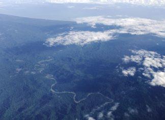 Letecký pohled na pobřeží Nové Guineje s džunglí | belikova/123RF.com