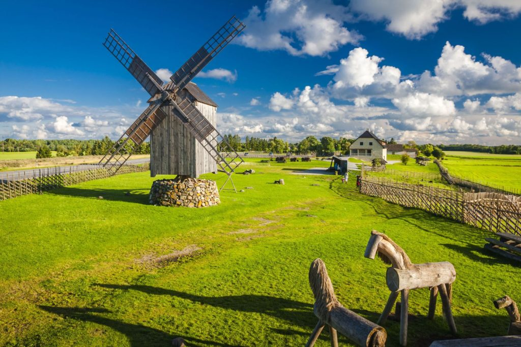 Dřevěný větrný mlýn a krajina na ostrově Saaremaa | anilah/123RF.com