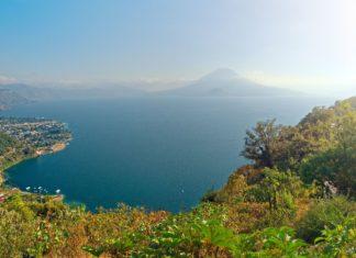 Jezero Atitlán a krajina Guatemaly | softlight69/123RF.com