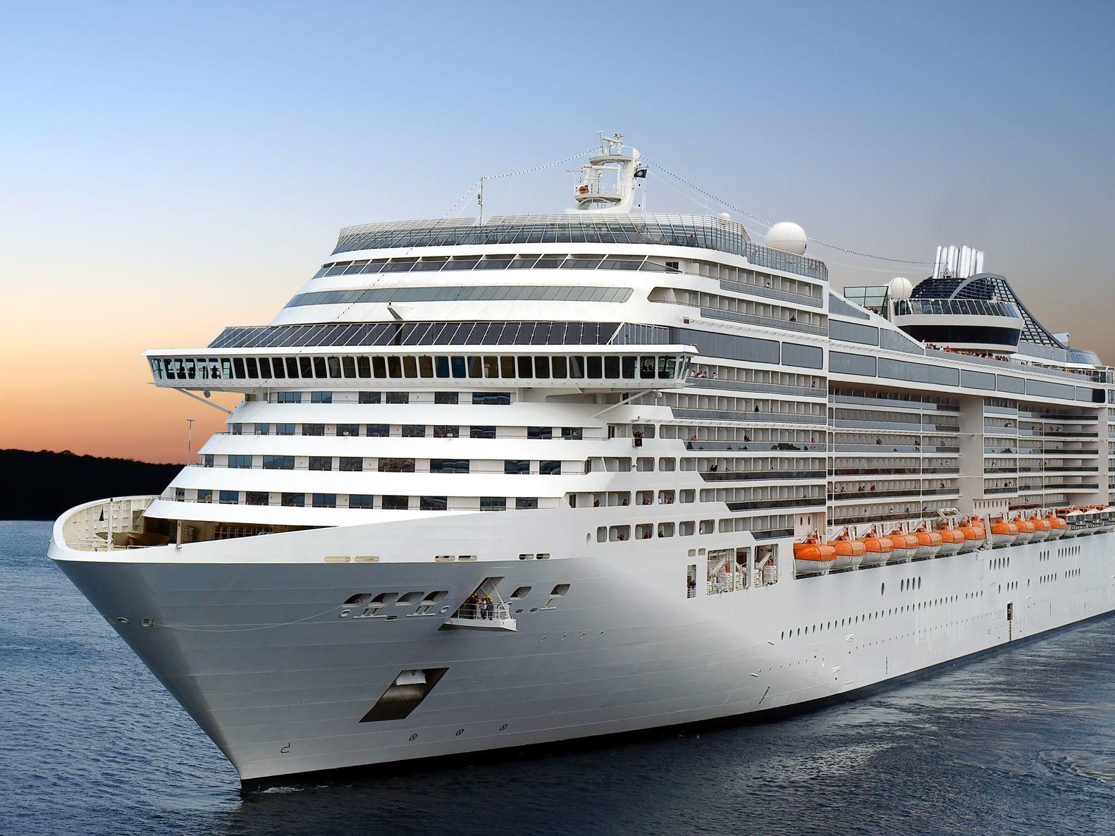 Luxusní výletní loď plující z přístavu | nan728/123RF.com