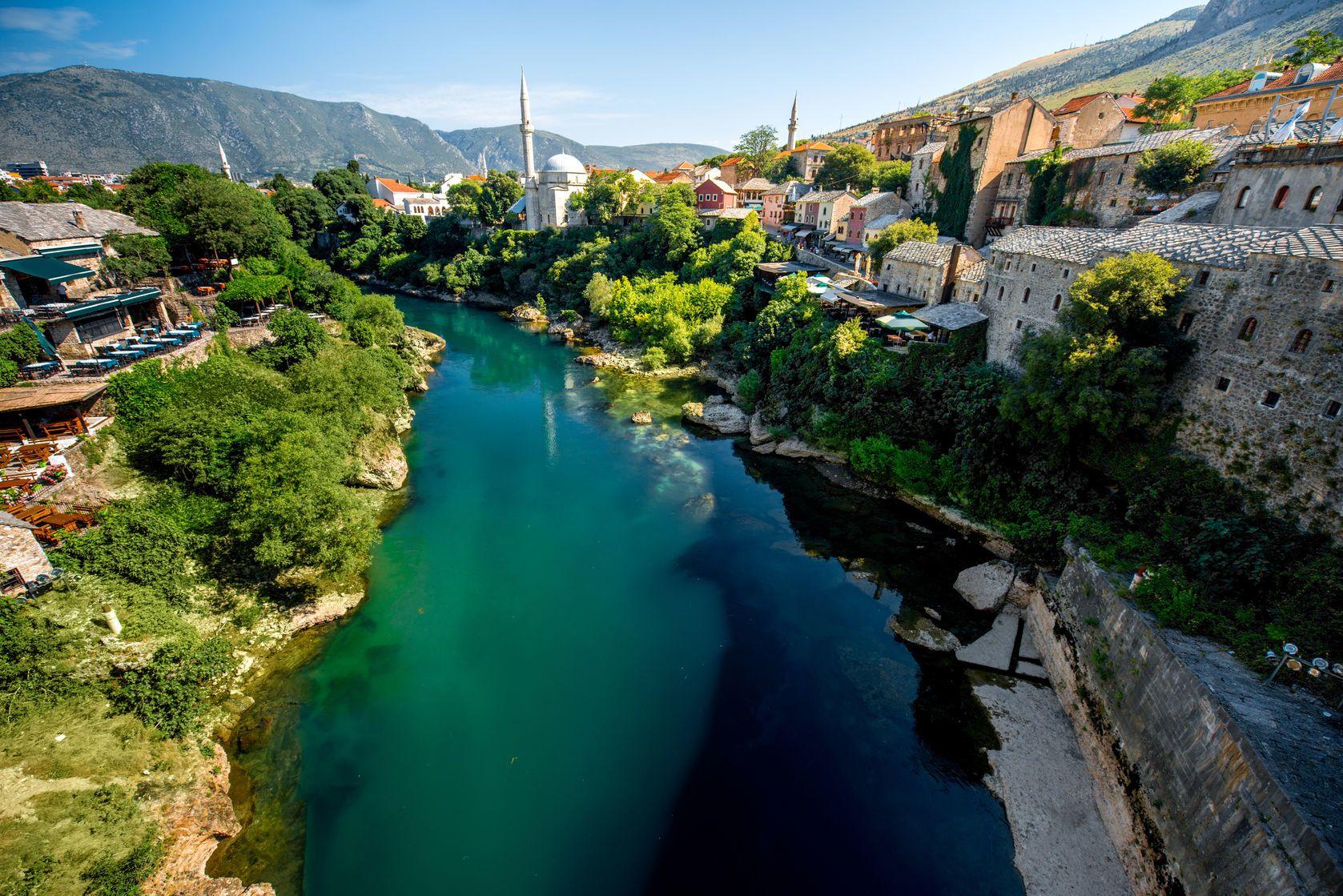 Koryto řeky Neretva v Mostaru | rh2010/123RF.com