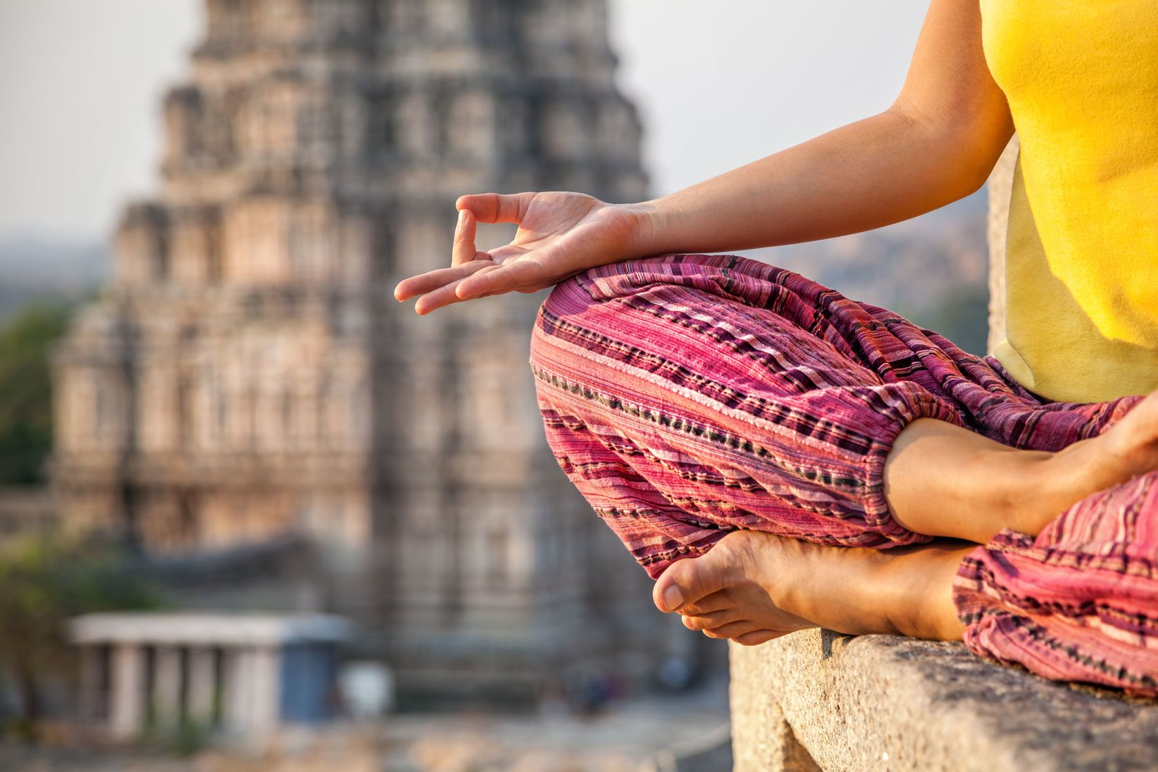 Meditace v blízkosti Virupaksha chrámu v Hampi v Indii | byheaven/123RF.com