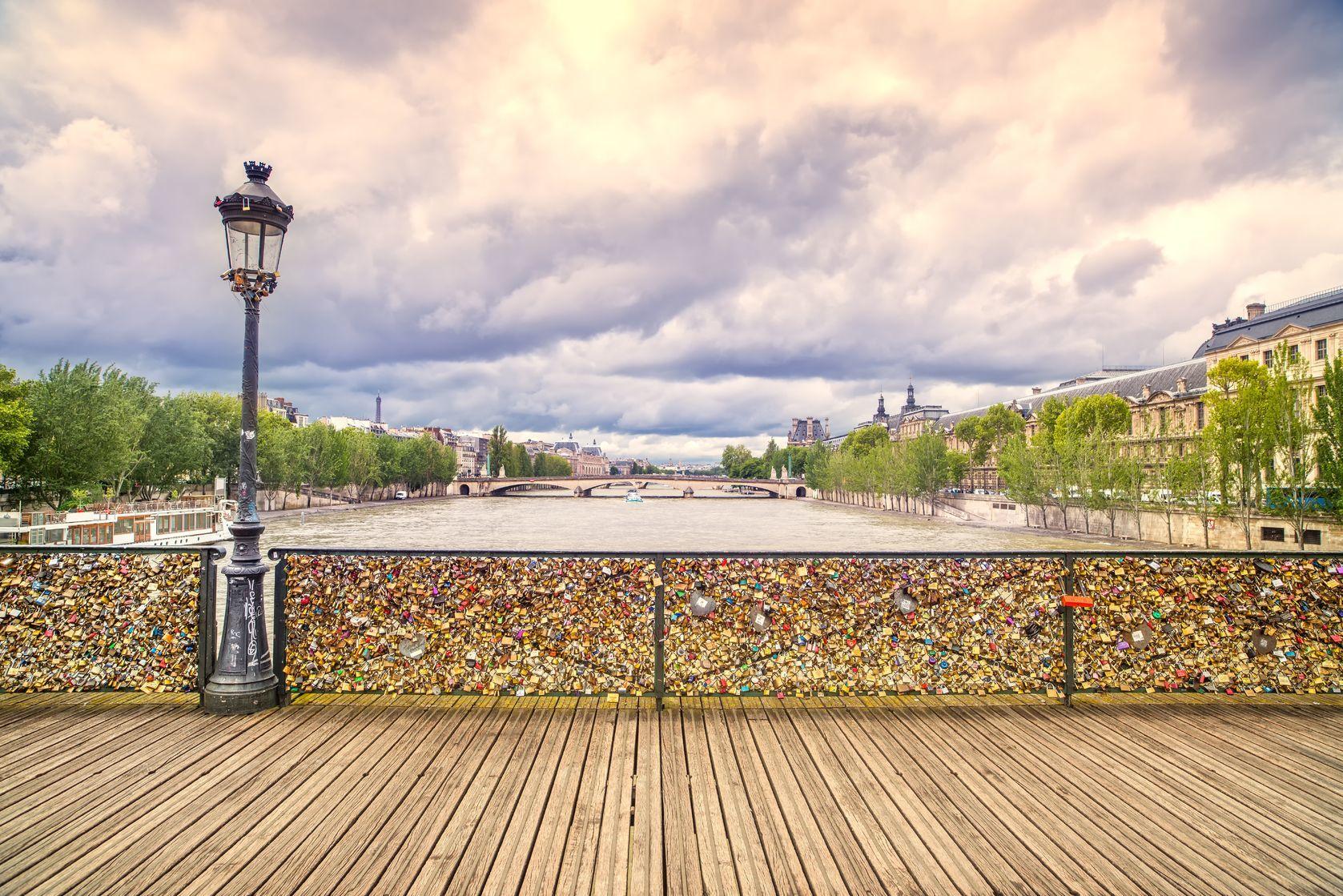 Pohled na most přes řeku Seina | stevanzz/123RF.com