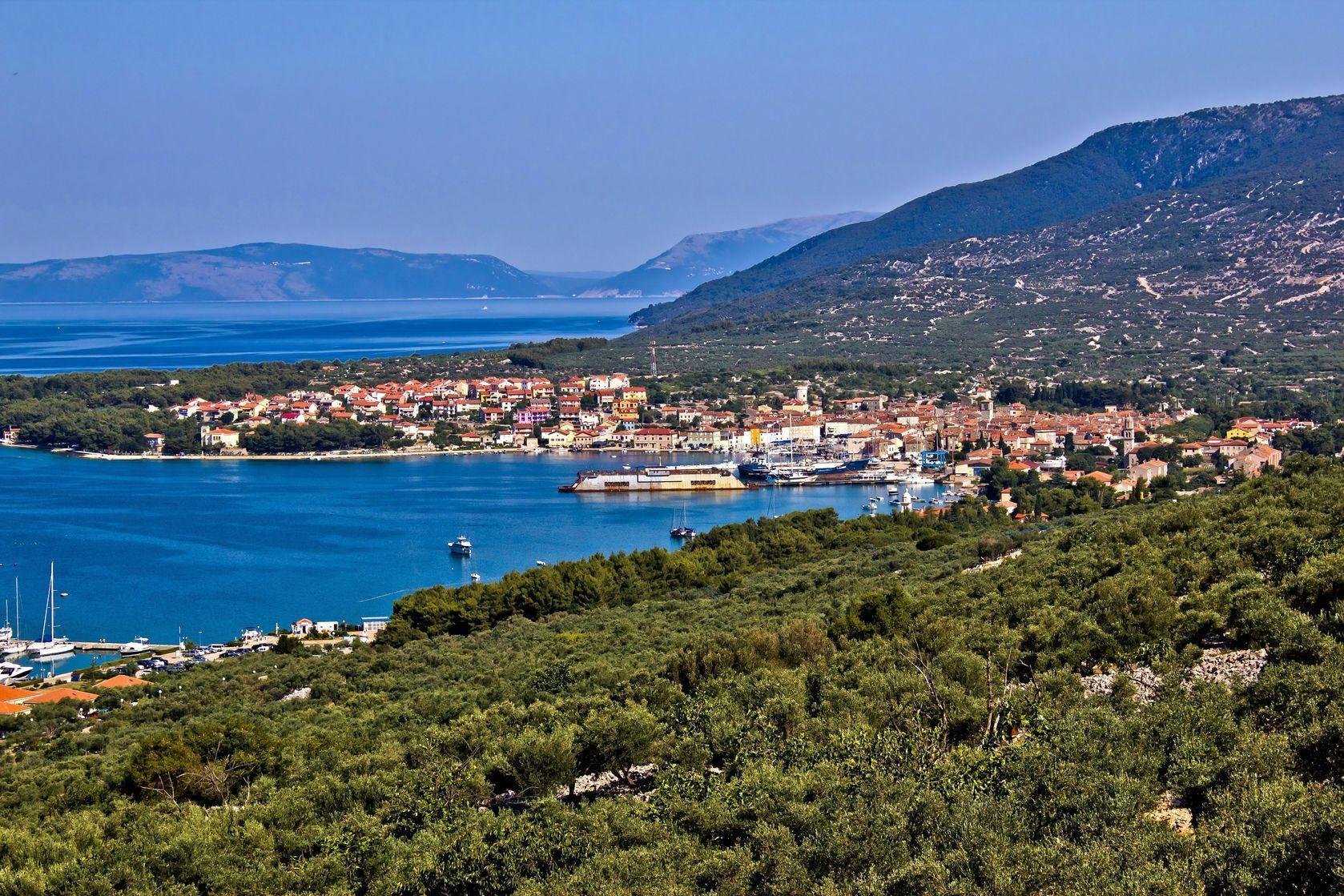 Pohled na Cres v Chorvatsku | xbrchx/123RF.com