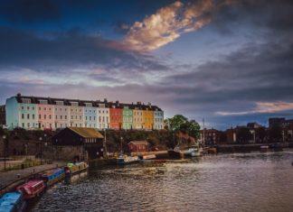 Barevné domy na svahu v přístavu v Bristolu | aaabbbccc/123RF.com