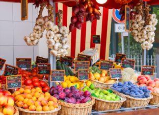Prodej ovoce a zeleniny na italském trhu | nicknick/123RF.com