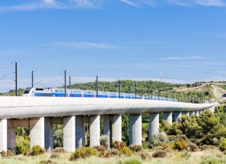 Vlak TGV na železničním viaduktu | phbcz/123RF.com