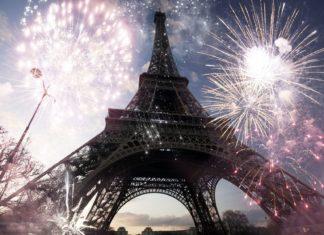 Eiffelova věž s ohňostrojem | erika8213/123RF.com