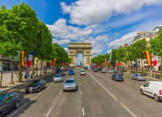 Vítězný oblouk a Champs Élysées v Paříži | pxhidalgo/123RF.com