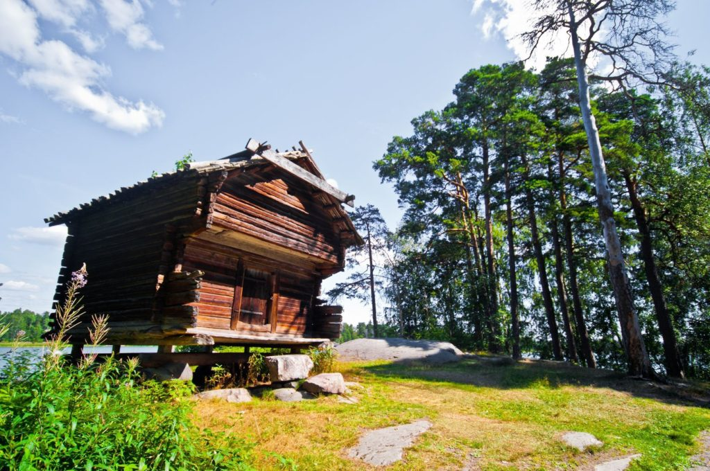 Budova ve skanzenu Seurasaaren Ulkomuseo v Helsinkách | juleberlin/123RF.com
