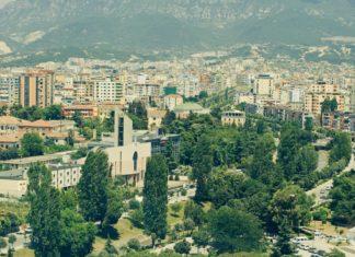 Jarní výhled na město Tirana   boytsovalex/123RF.com