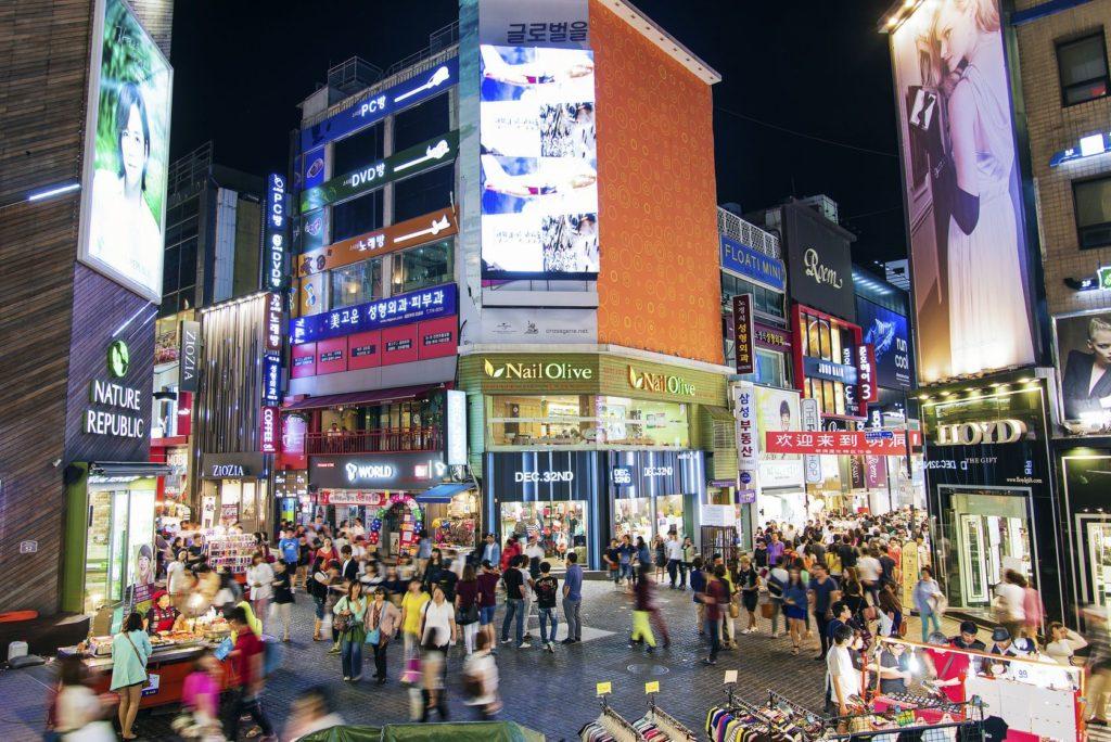 Nákupní ulice Myeong-dong v Soulu | jackmalipan/123RF.com