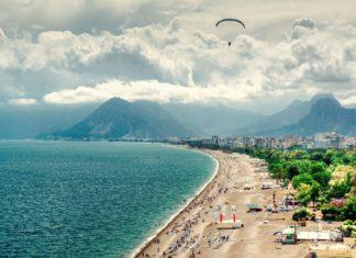 Pláž na pobřeží Antalye v Turecku | amoklv/123RF.com