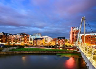 Pohled na noční Leeds | sakhaphotos/123RF.com