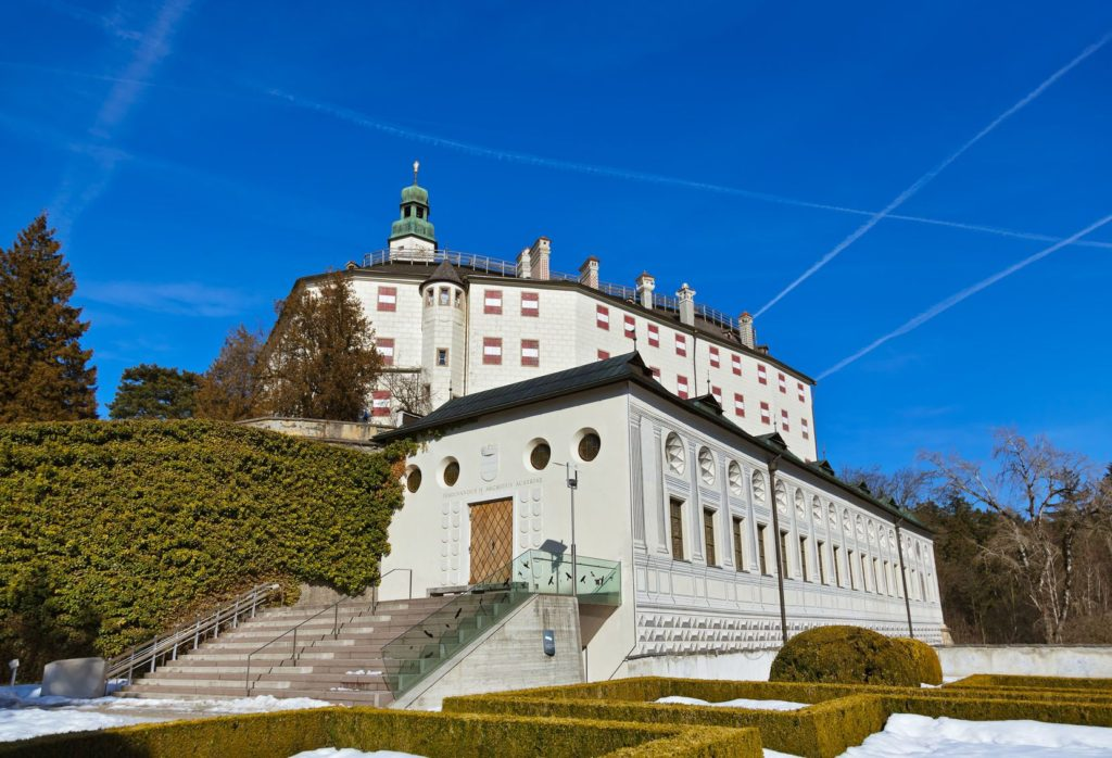 Zámek Ambras v Innsbrucku   Violin/123RF.com