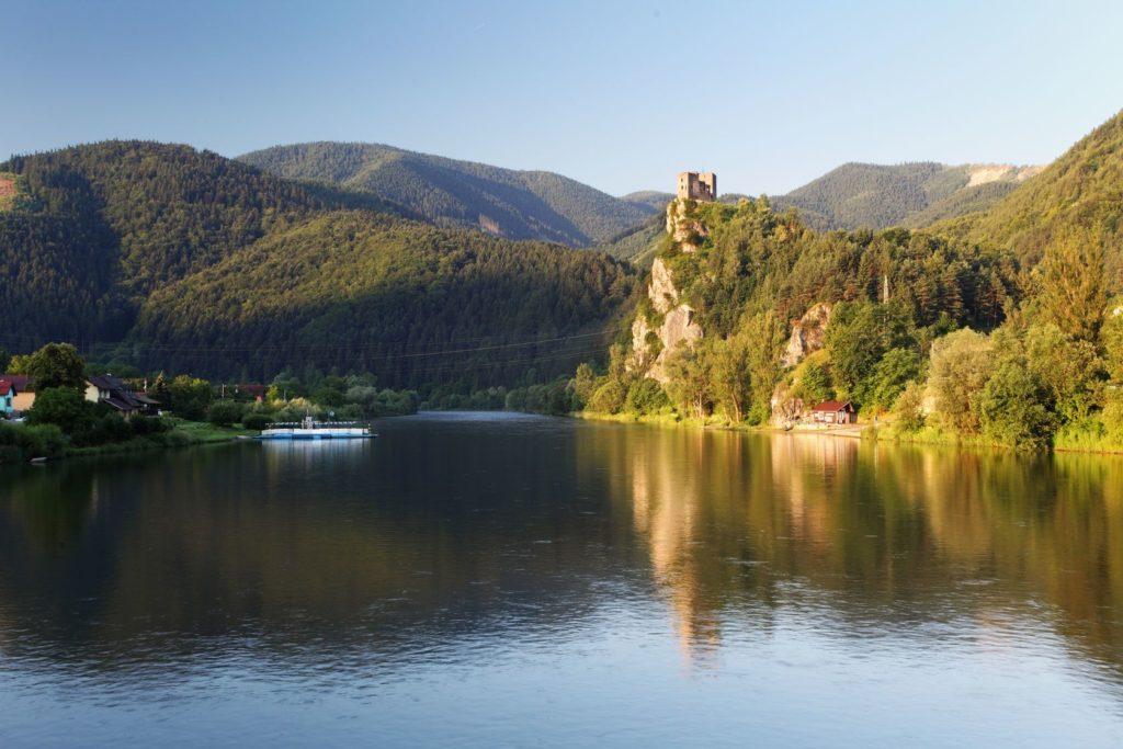 Zřícenina hradu Strečno s řekou Váh | tomas1111/123RF.com