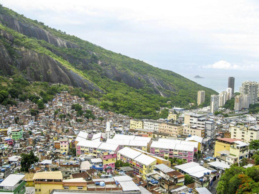 Favela v Rio de Janeiru v Brazílii | meinzahn/123RF.com