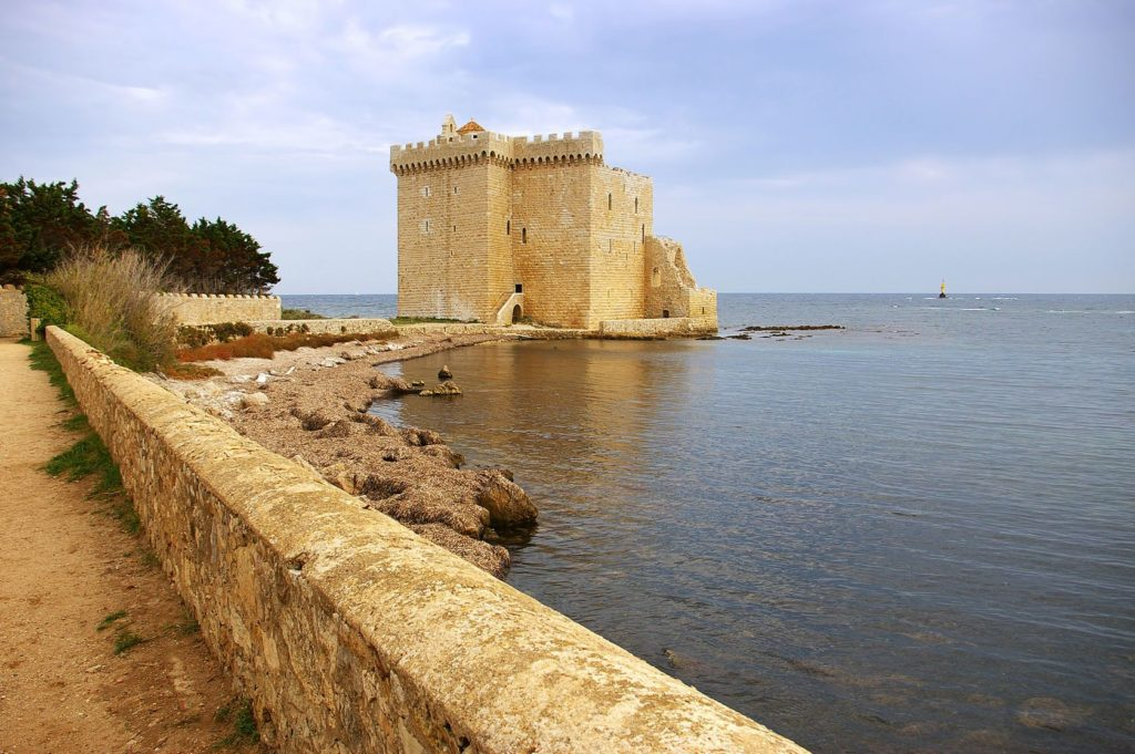 Klášter na ostrově Saint Honorat | photosimysia/123RF.com