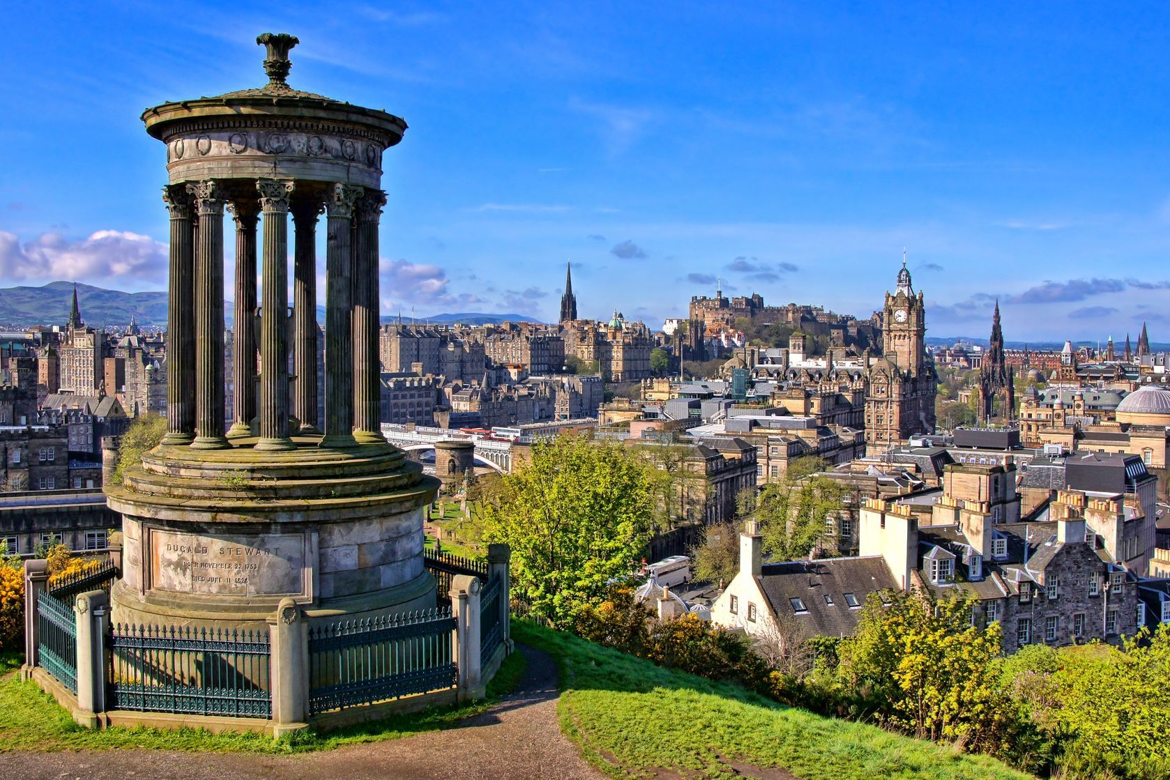 Letecký pohled na historické centrum Edinburghu | jenifoto/123RF.com