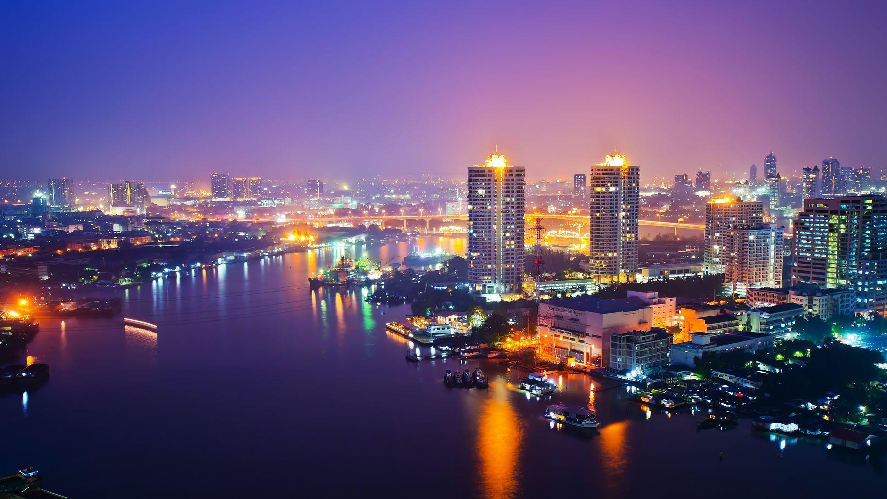 Noční panoramatický pohled na Bangkok | tomgigabite/123RF.com