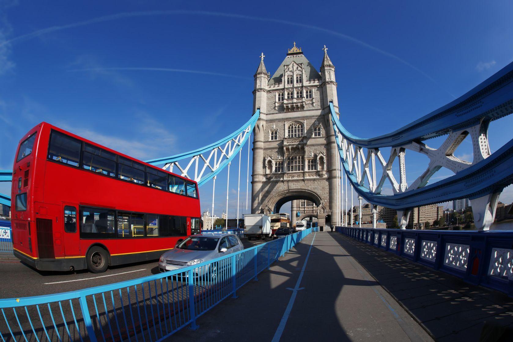 Tower Bridge s červeným autobusem v Londýně | samot/123RF.com