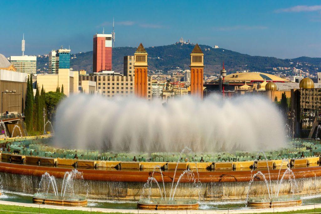 Kouzelná fontána na Náměstí Placa de Espanya v Barceloně | olgacov/123RF.com
