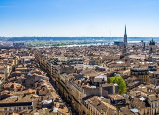 Letecký pohled na město Bordeaux ve Francii | marcociannarel/123RF.com