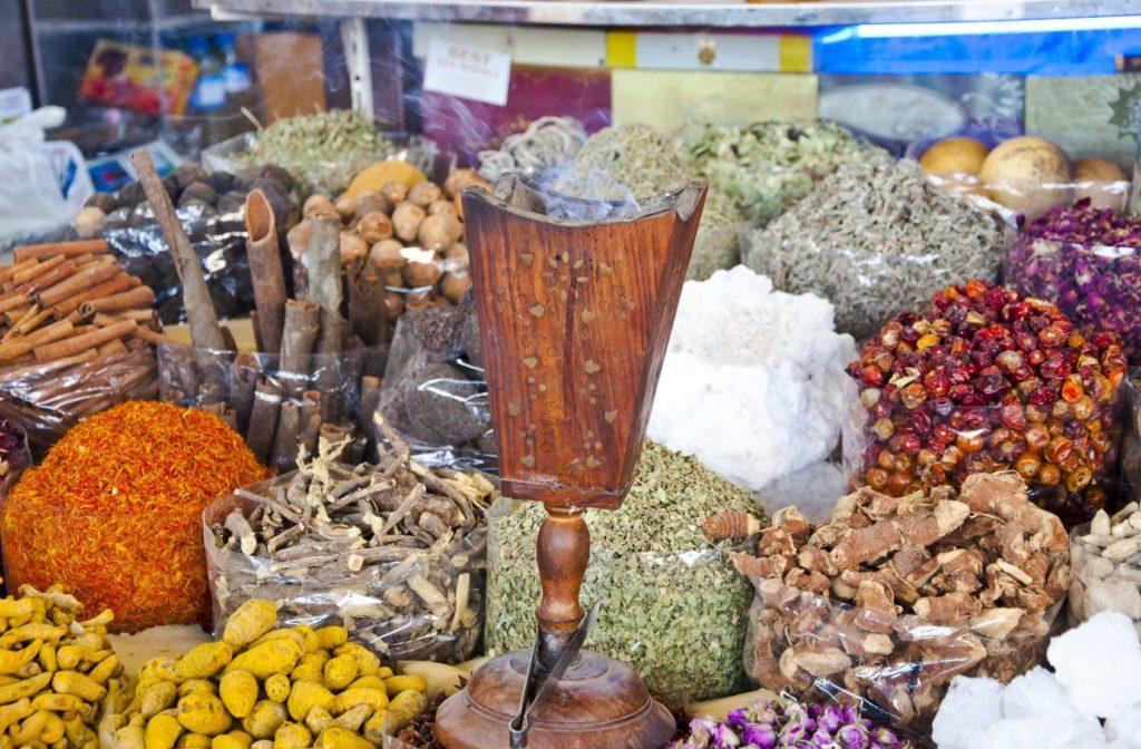 Různé druhy koření v Deira Spice Souk | hypnocreative/123RF.com