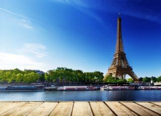 Výhled z nábřeží na Eiffelovu věž v Paříži | iakov/123RF.com