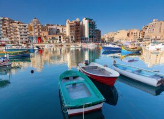 Barevné rybářské lodě na ostrově Malta | leonidtit/123RF.com