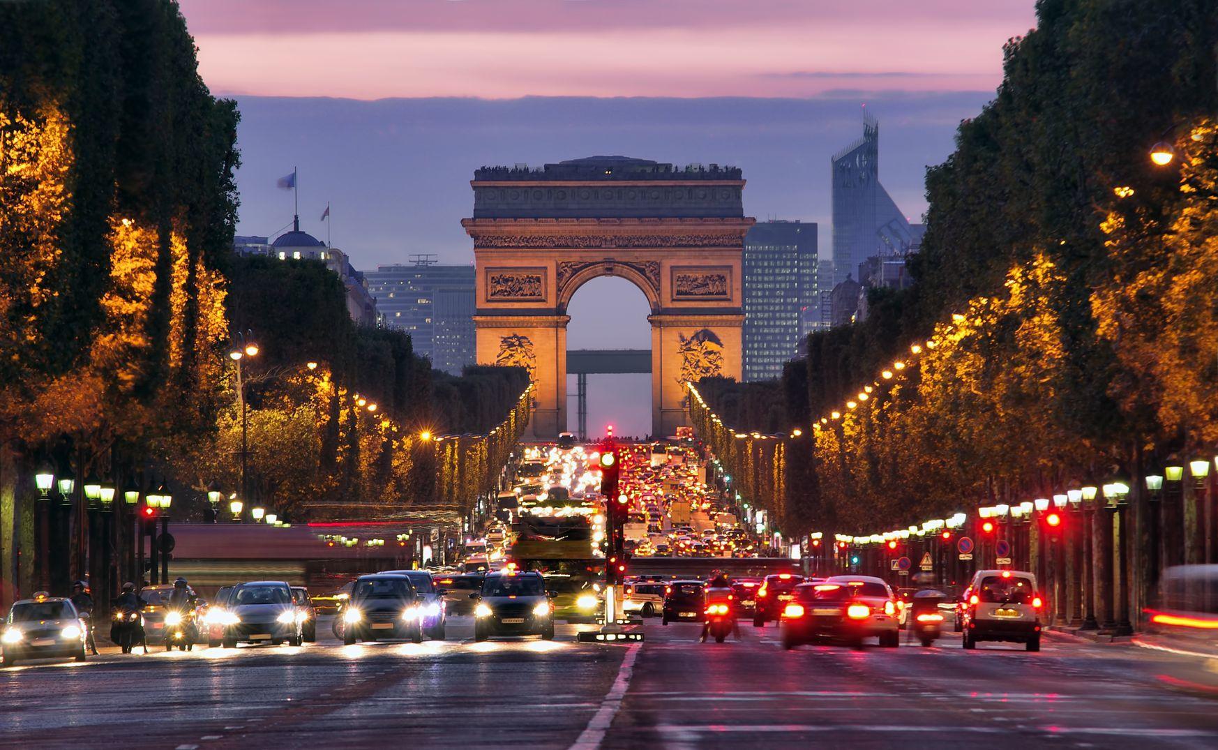 Champs-Elysees v noční Paříži | johny007pan/123RF.com