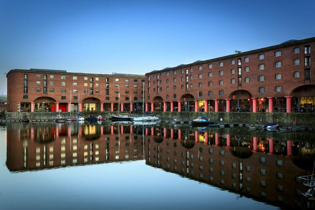 Komplex budov v Albert Dock v Liverpoolu | sakhaphotos/123RF.com