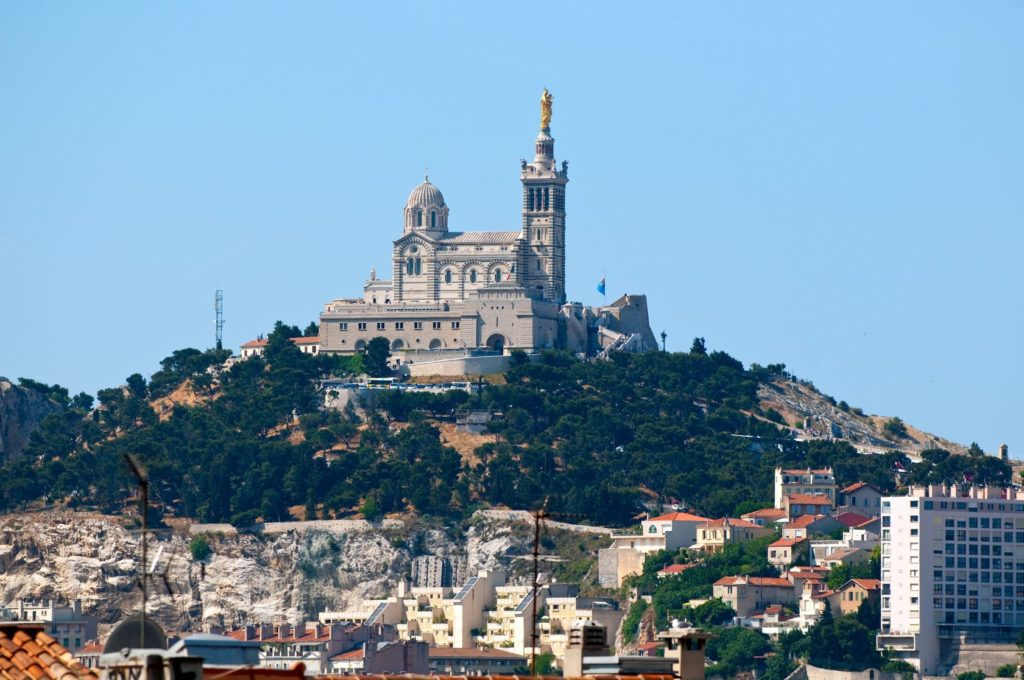 Bazilika Notre-Dame de la Garde nad městem Marseille | lexan/123RF.com