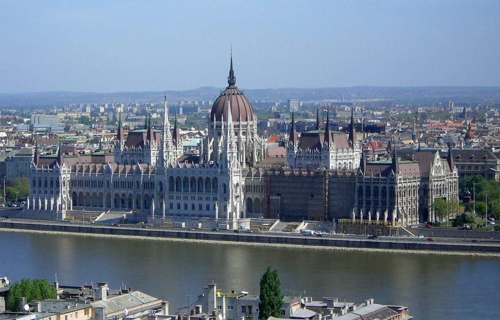Budova maďarského parlamentu na břehu Dunaje v Budapešti | bwzenith/123RF.com