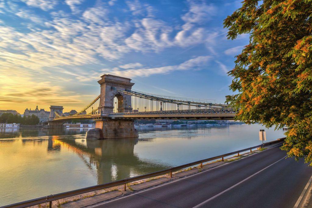 Slavný řetězový most v Budapešti | noppasinw/123RF.com