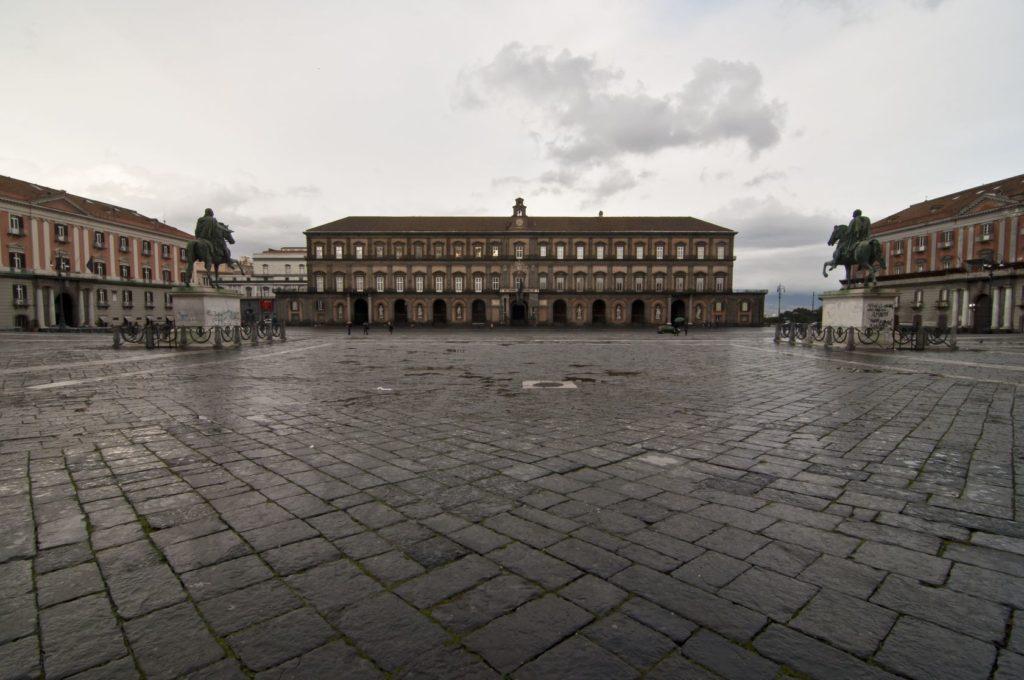 Královský palác na Piazza del Plebiscito v Neapoli | edella/123RF.com
