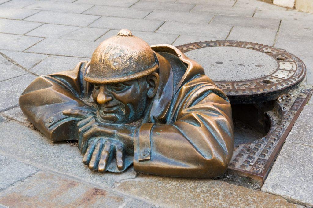 Bronzová socha Čumil v Bratislavě | Garry518/123RF.com