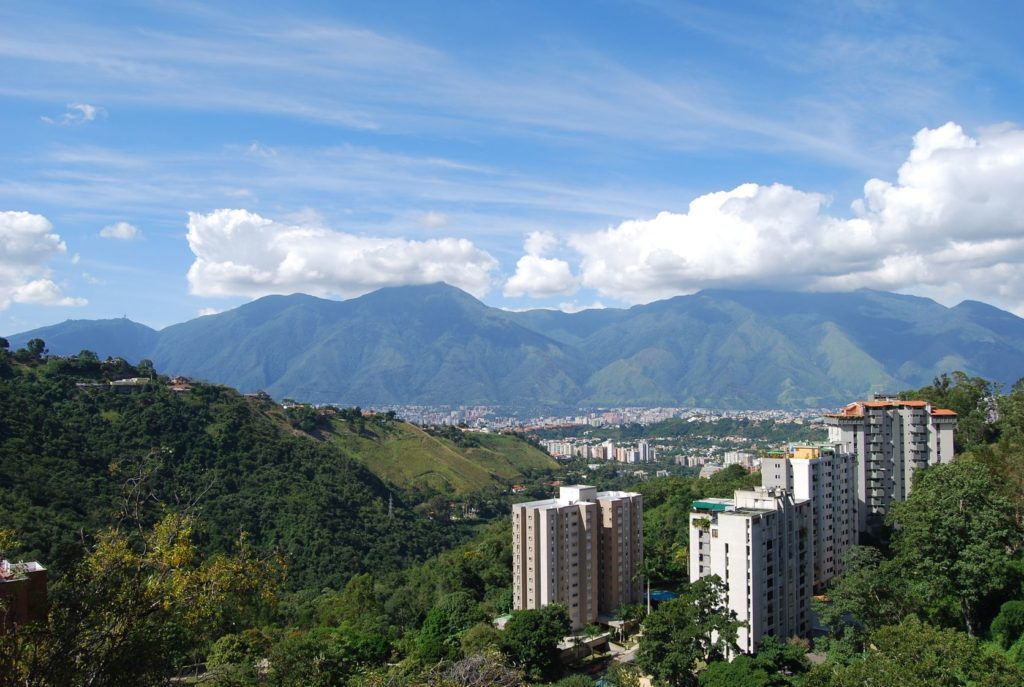 Prolínání přírody a města Caracas   humberto2806/123RF.com