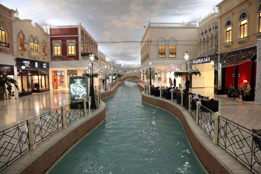 Uvnitř nákupního centra Villaggio Mall v Dauhá   philipus/123RF.com