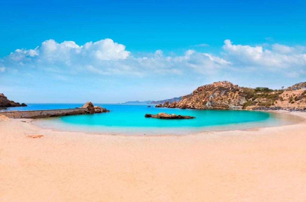 Cala Cortina pláž v Cartageně ve Španělsku   tonobalaguer/123RF.com
