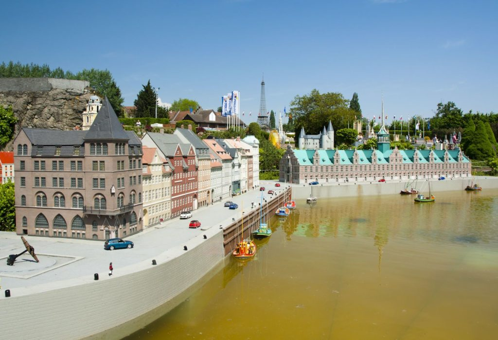Miniatury v parku Mini-Europe v Bruselu | elenanoeva/123RF.com